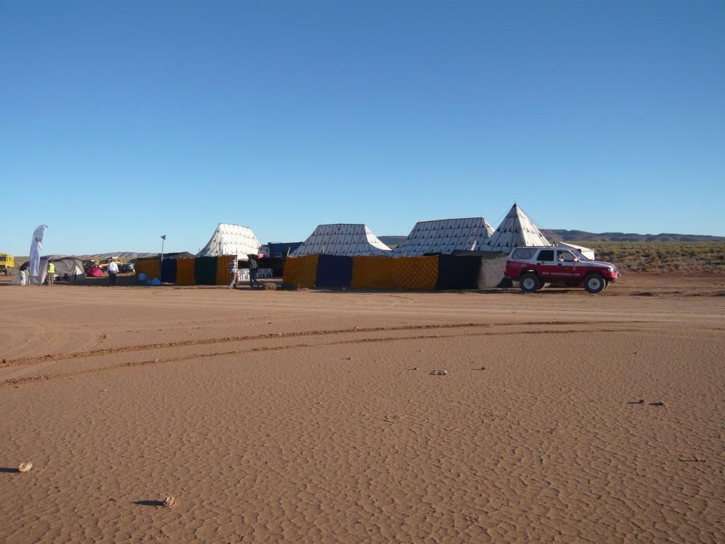 El campamento con los comedores al fondo